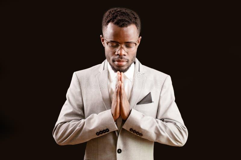 Homme bouddhiste dans le costume blanc méditant Concept de religion homme indou de prière images stock