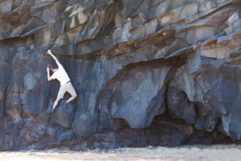 Homme Bouldering image stock