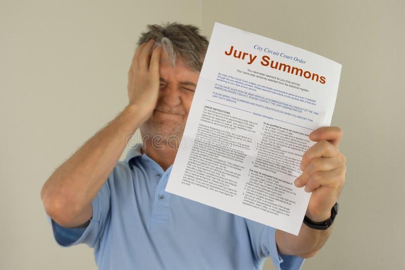 Homme bouleversé jugeant la sommation de fonctions de juré reçue dans le courrier images libres de droits