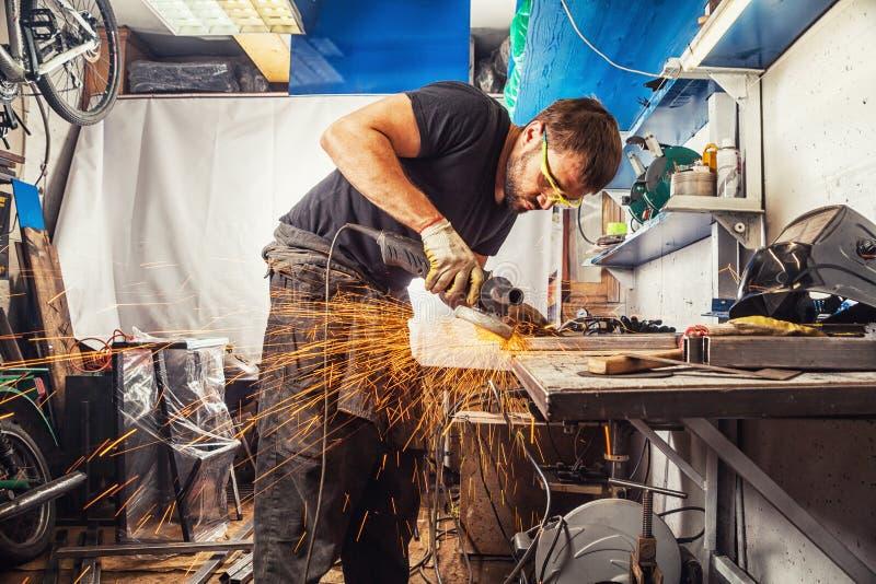 Homme brassant une machine de soudure en métal photos stock