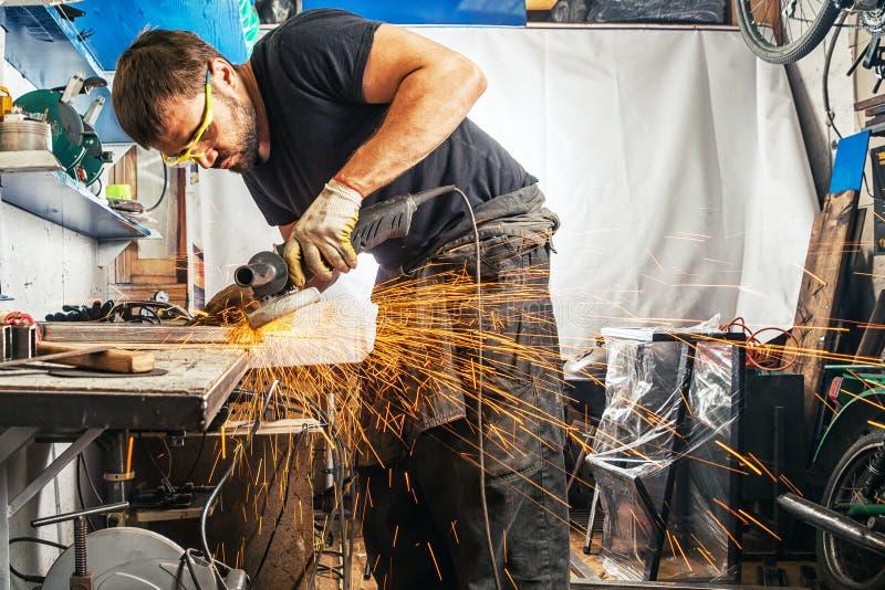 Homme brassant une machine de soudure en métal images libres de droits