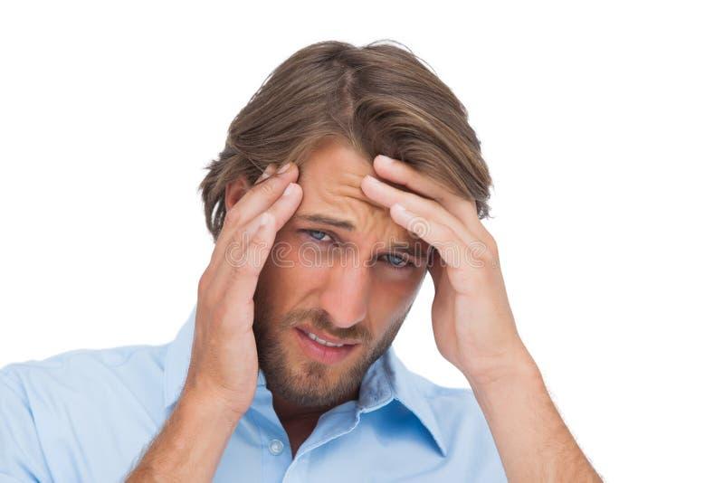Homme bronzé ayant un mal de tête fort images libres de droits
