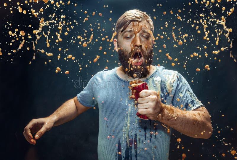 Homme buvant d'un kola et appréciant le jet images libres de droits