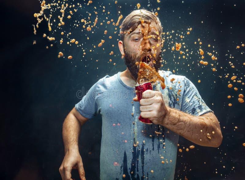 Homme buvant d'un kola et appr?ciant le jet images libres de droits