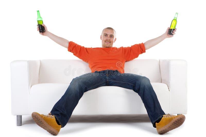 Homme célébrant avec de la bière image stock