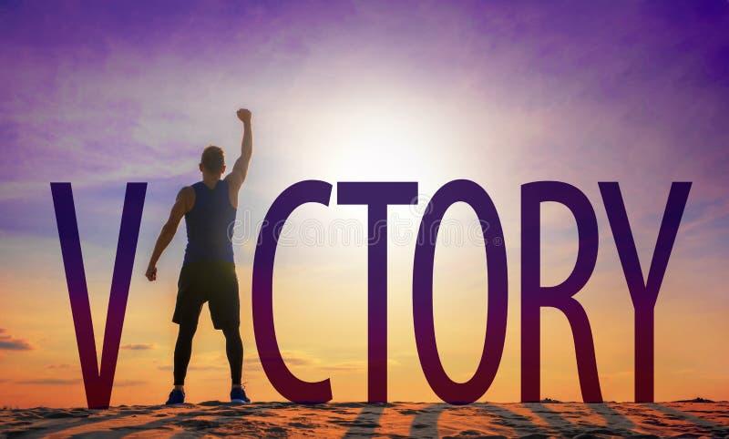 Homme célébrant la réussite Texte et personne de victoire comme silhouettes contre le soleil en ciel image stock