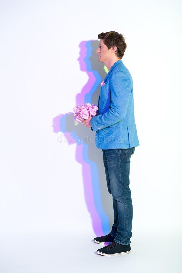 Homme calme gardant le bouquet des fleurs photos libres de droits
