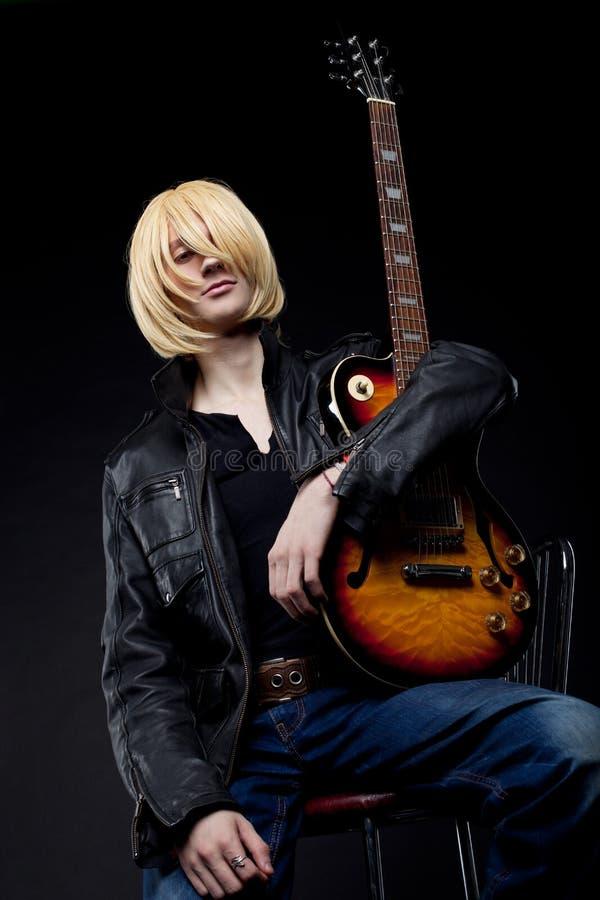 Homme - caractère cosplay d'anime de joueur de guitare photographie stock libre de droits