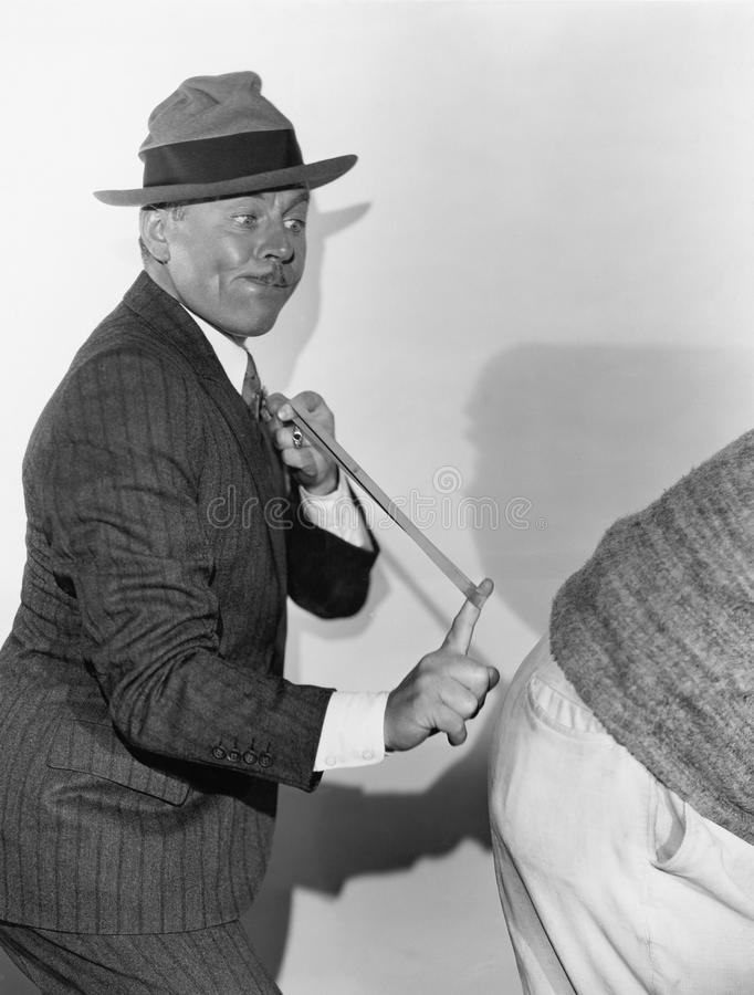 Homme cassant l'extrémité arrière avec une bande élastique photo libre de droits