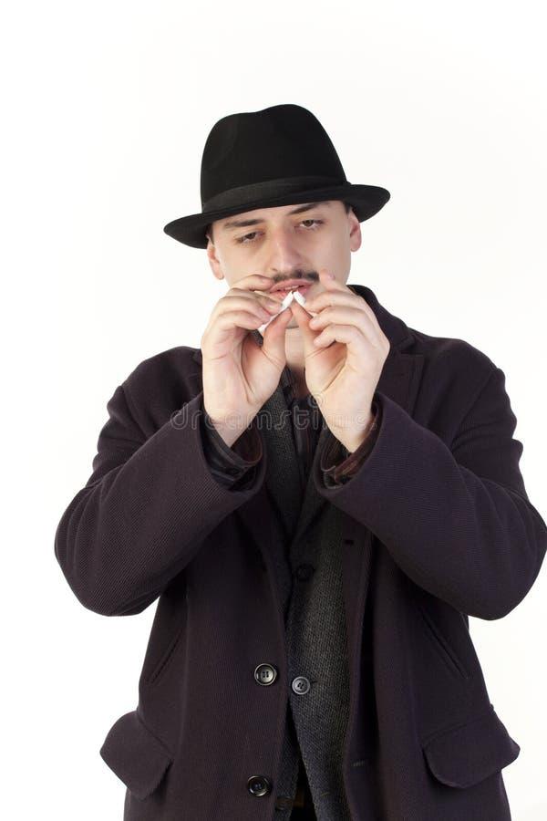 Homme cassant une cigarette photos stock