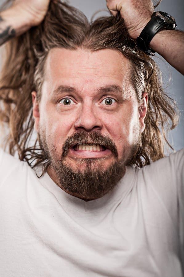 Homme caucasien avec retirer ses longs cheveux images stock