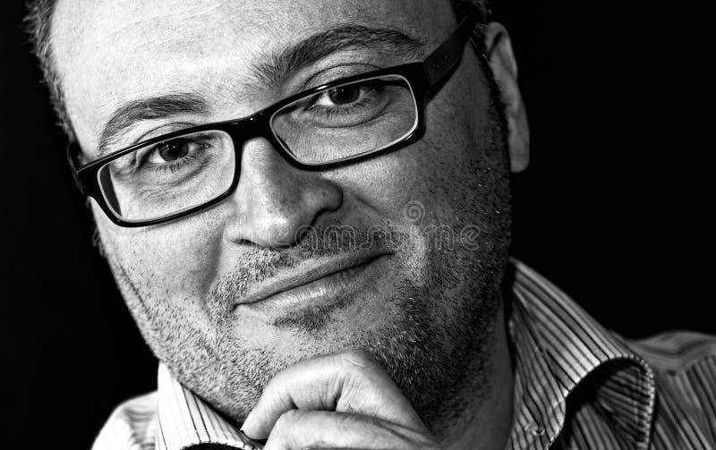 Homme caucasien barbu à lunettes de sourire de tir monochrome images libres de droits