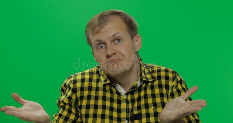 Homme caucasien en verres, faisant le geste avec des mains comme je ne sais pas ou quoi que images stock