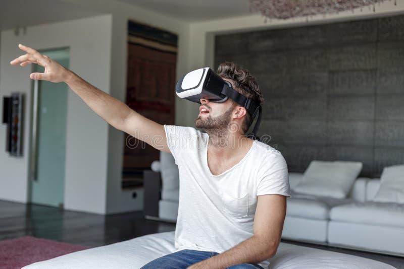 Download Homme Caucasien Occasionnel Avec Le Casque De VR Photo stock - Image du simulation, moderne: 76082434