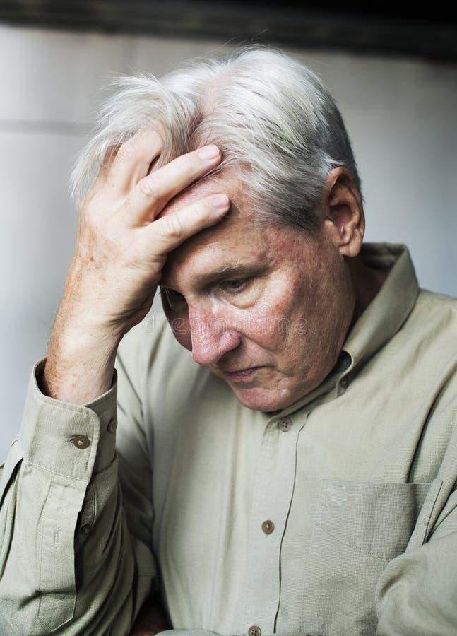 Homme caucasien plus âgé avec l'expression réfléchie inquiétée images stock