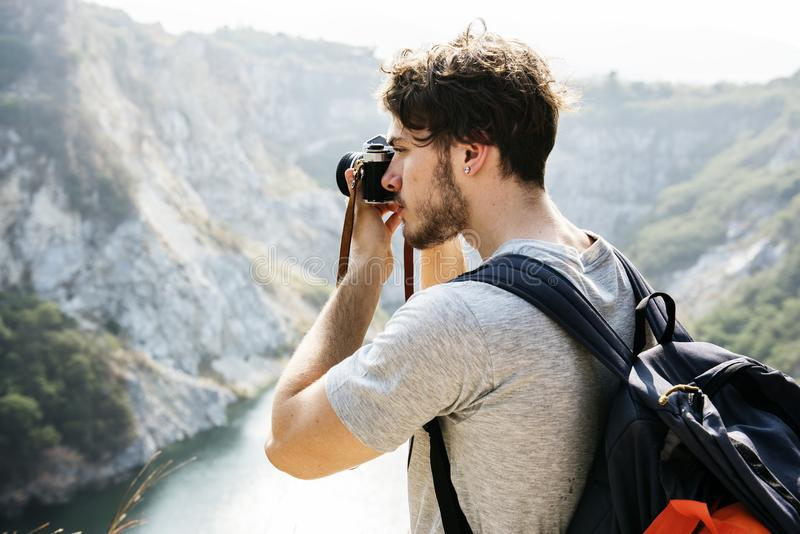 Homme caucasien prenant la photo sur une aventure photos libres de droits