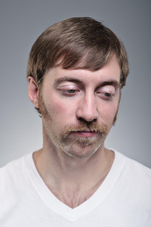 Homme caucasien semblant déprimé. photo stock