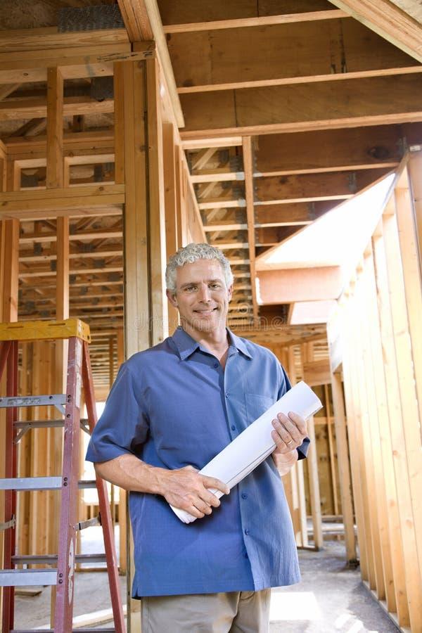 Homme caucasien sur le chantier de construction. image stock