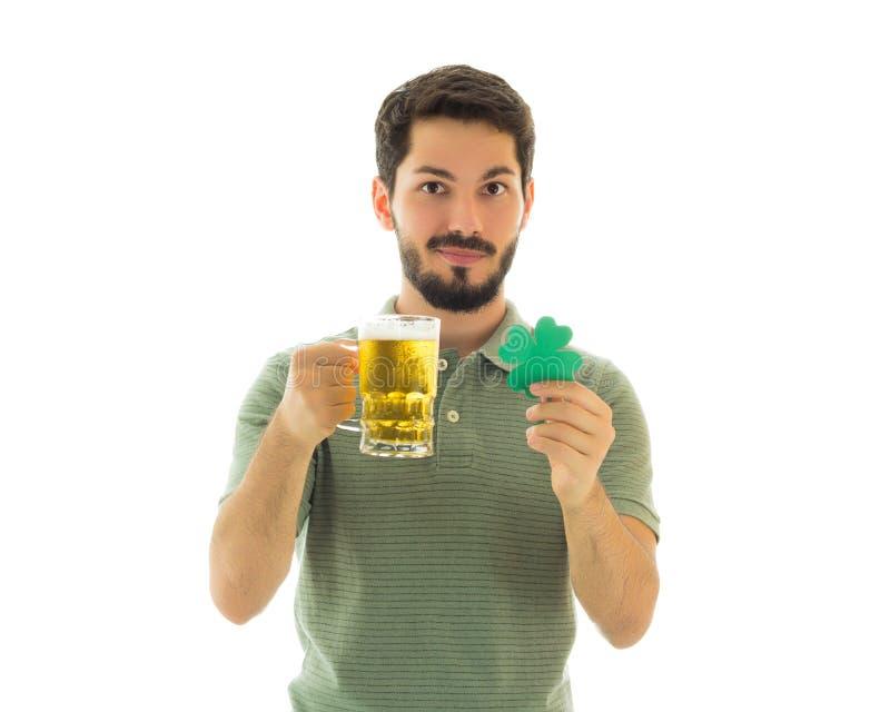 Homme chanceux et une tasse de civière image stock