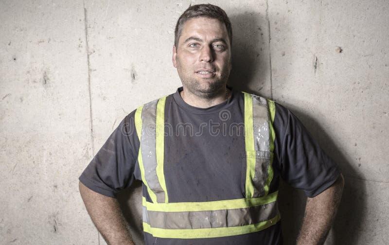 Homme chargé travailleur de portrait d'émotion photos libres de droits