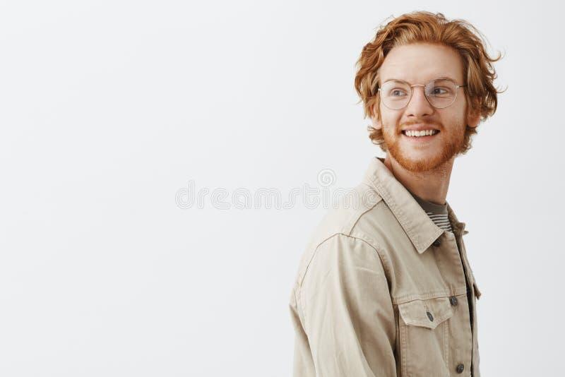 Homme chassant son rêve Type insouciant et amical attirant avec la barbe et la couleur rouge des cheveux tournant la position gau photos stock