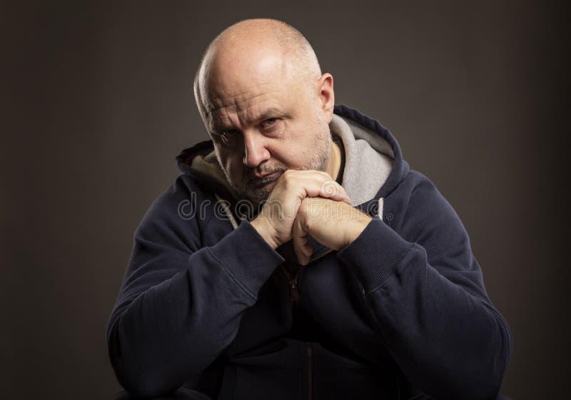 Homme chauve adulte avec un regard réfléchi image libre de droits