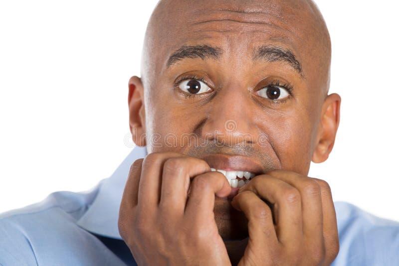 Homme chauve bel effrayé et effrayé avec des doigts dans la bouche images stock