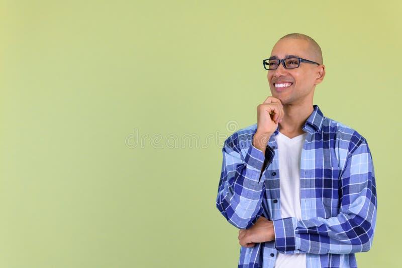 Homme chauve bel heureux de hippie imaginant et regardant image libre de droits