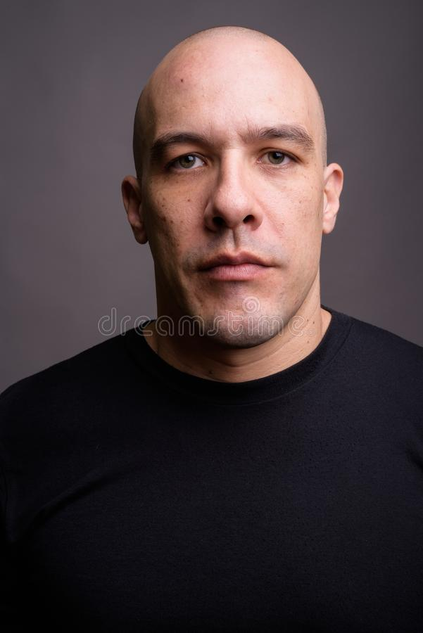 Homme chauve bel sur le fond gris images libres de droits