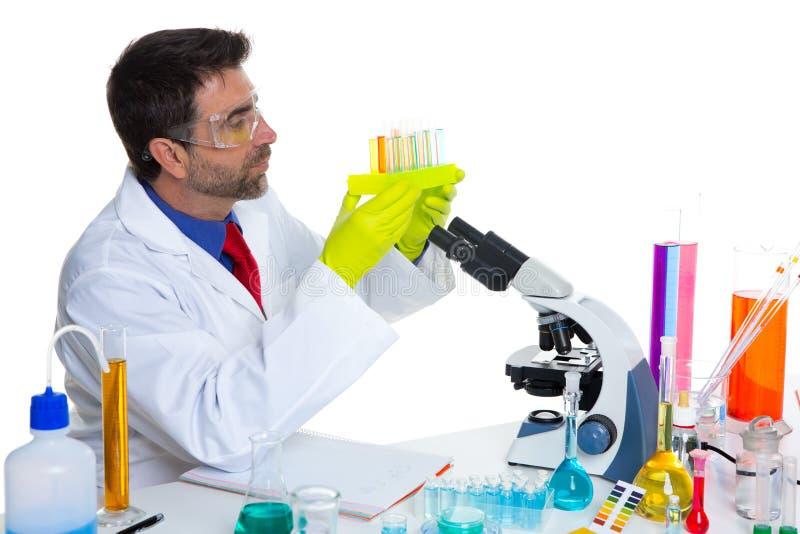 Homme chimique de scientifique de laboratoire avec des tubes à essai images stock