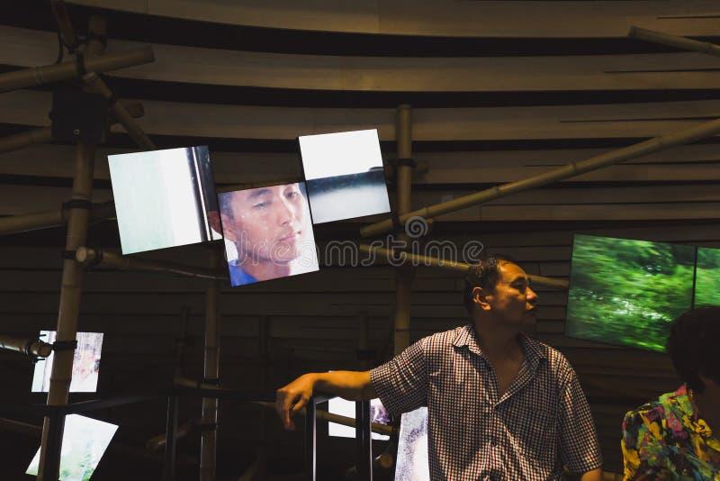 Homme chinois à l'intérieur de pavillon de Vanke à l'expo 2015 à Milan, Italie images stock