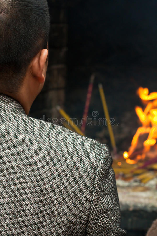 Homme chinois priant pour des ancêtres photo stock
