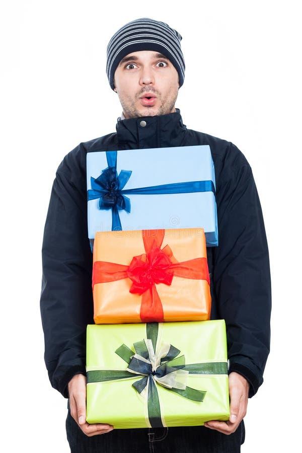 Homme choqué d'hiver avec des présents image stock