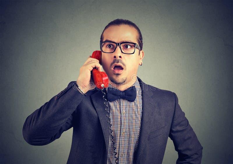 Homme choqué parlant du téléphone images libres de droits