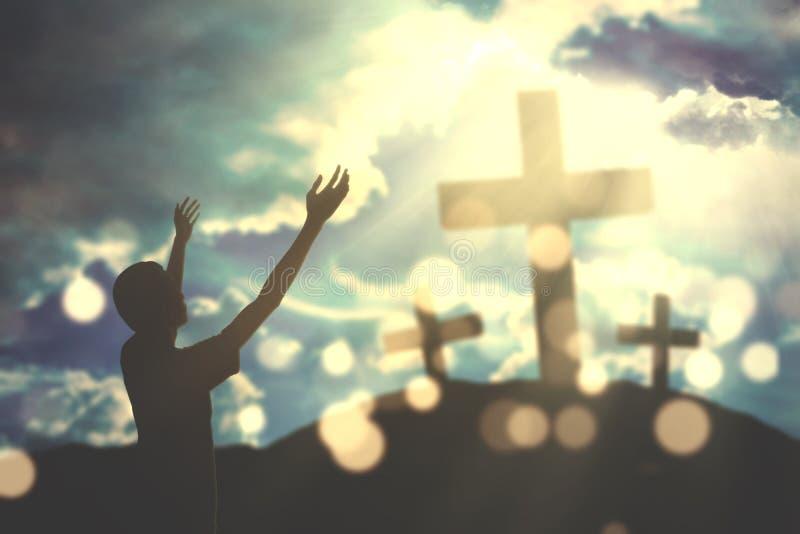 Homme chrétien dévot avec les signes croisés photo libre de droits