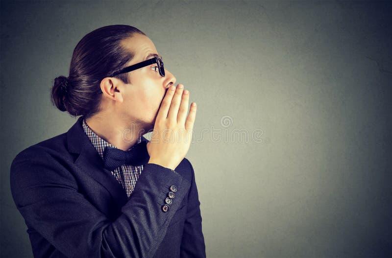 Homme chuchotant l'information privée un secret photographie stock