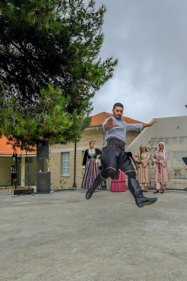 Homme chypriote exécutant une danse folklorique traditionnelle photographie stock