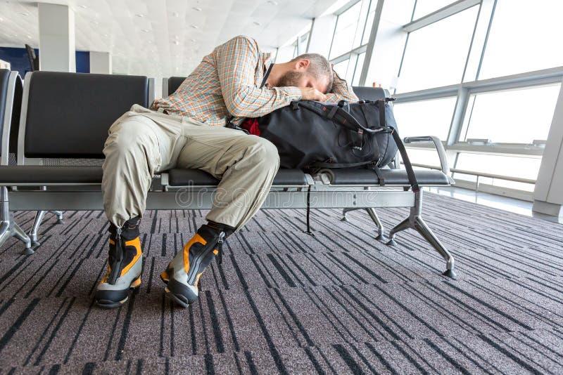 Homme coincé à l'aéroport photo libre de droits