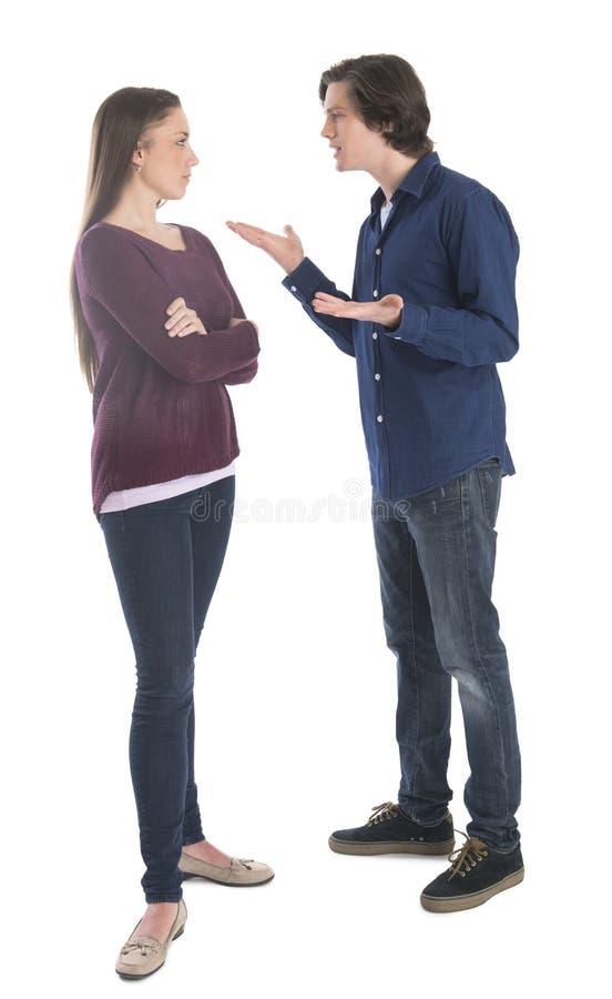 Homme combattant avec la femme au-dessus du fond blanc photos stock