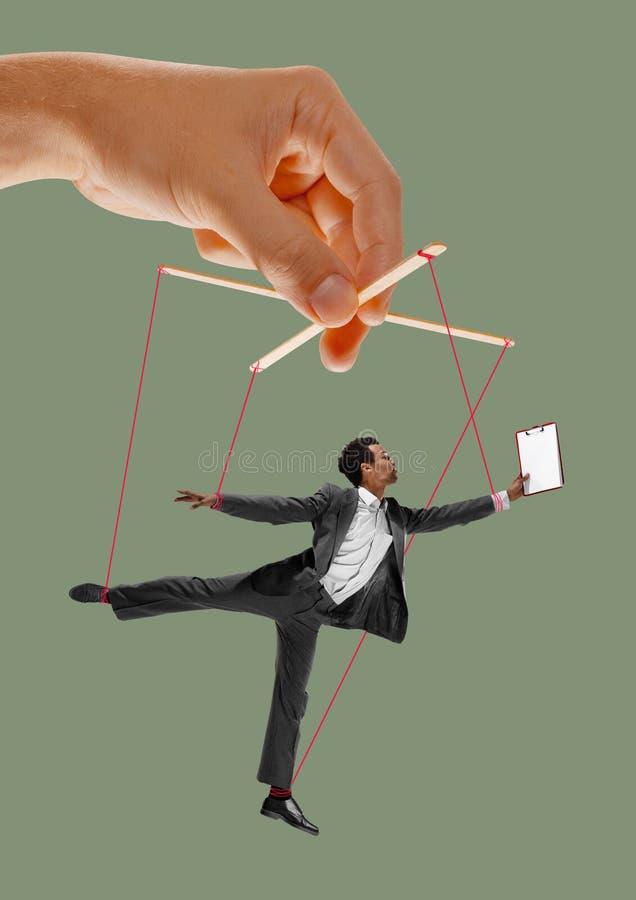 Homme comme une marionnette dans des mains de somebodies Concept de manipulation photo libre de droits