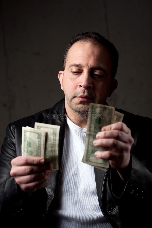 Homme comptant son argent image libre de droits