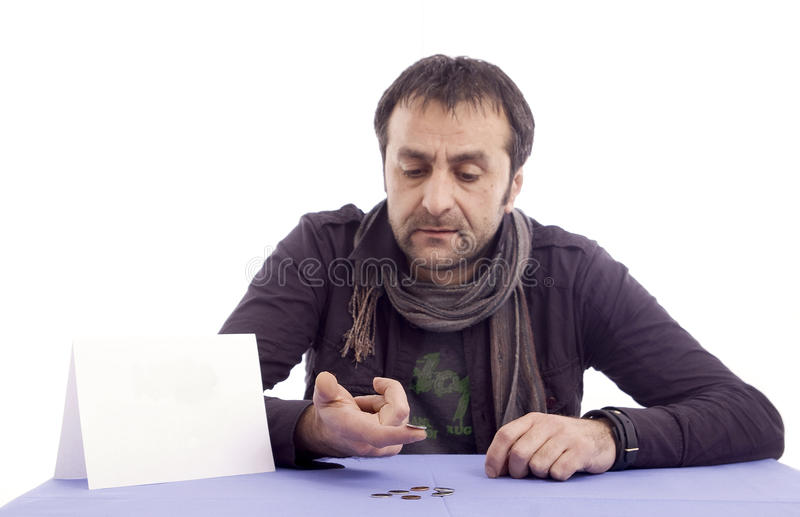 Homme comptant son dernier argent images stock
