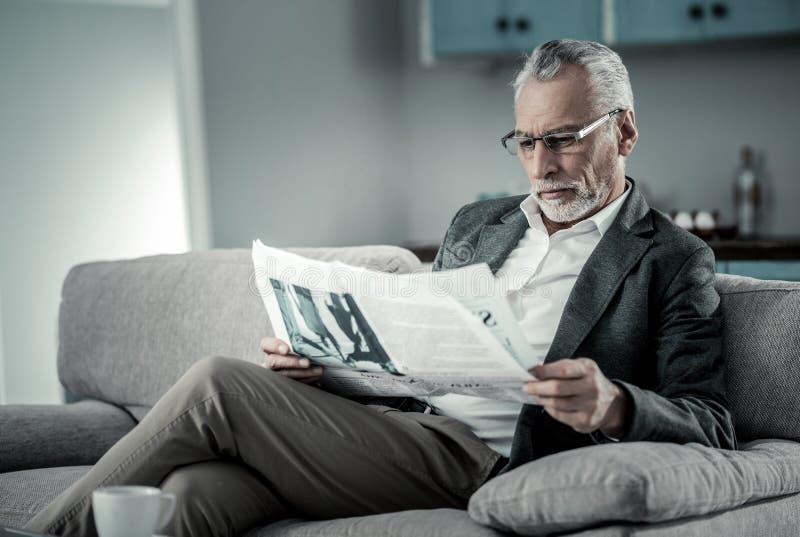 Homme concentré faisant l'examen de presse photographie stock libre de droits