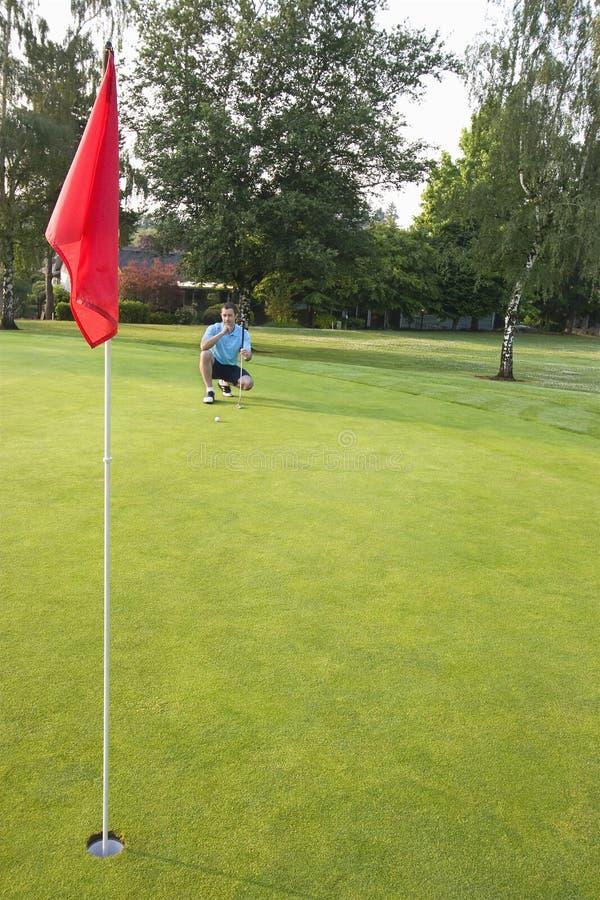 Homme concentrant jouer au golf - verticale photos libres de droits