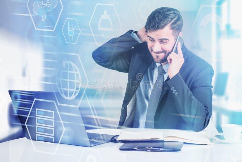 Homme concerné dans le bureau, interface numérique photos stock