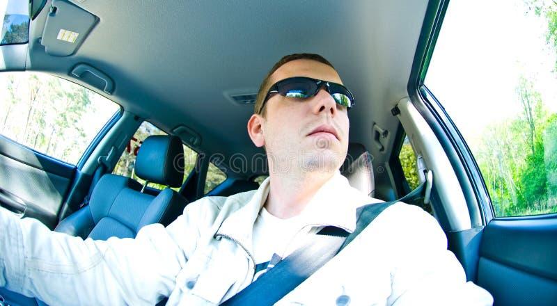 Homme conduisant avec des lunettes de soleil images libres de droits