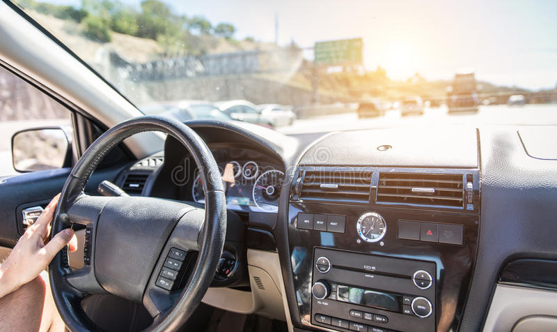 Homme conduisant la voiture sur l'autoroute image libre de droits