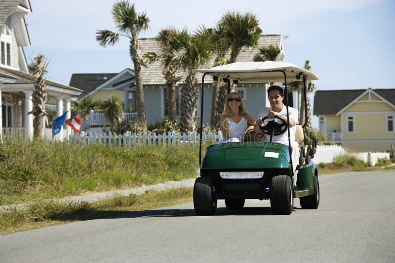 Homme conduisant le chariot de golf photographie stock libre de droits