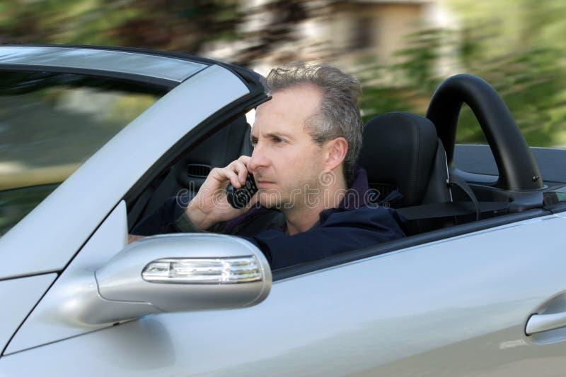 Homme conduisant un véhicule photo stock