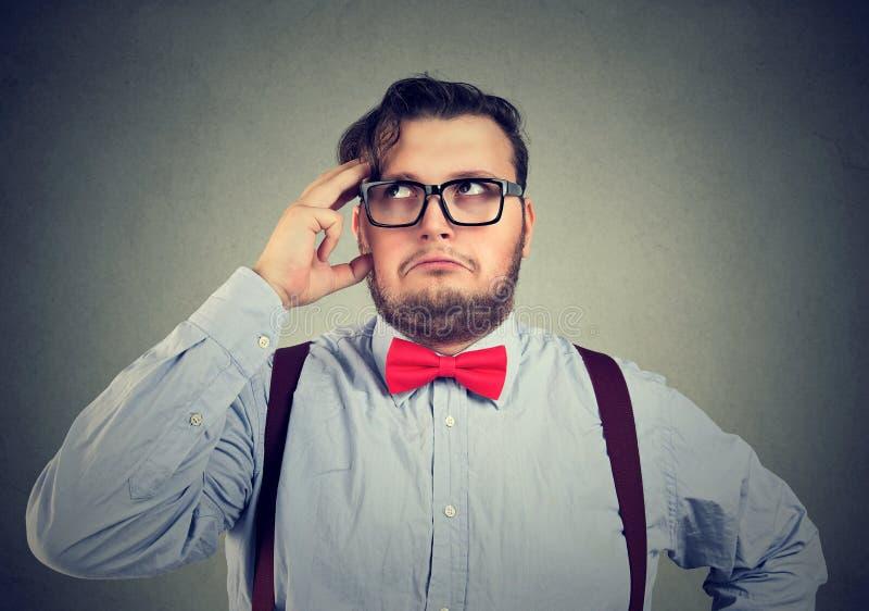 Homme conscient résolvant un problème pensant à la solution photo stock